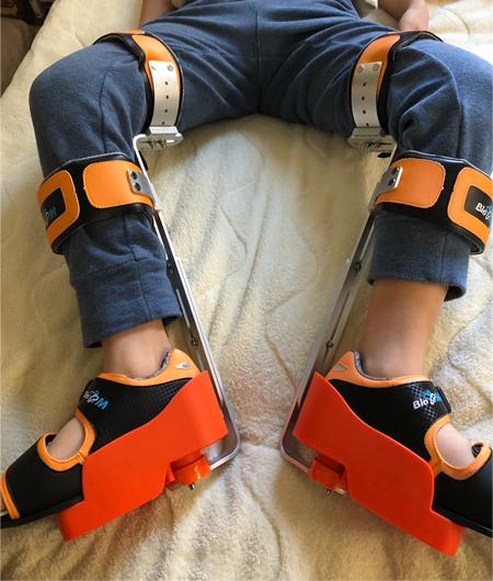 下肢装具をつけている息子
